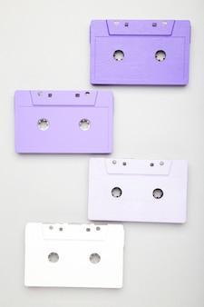 Старые красочные кассеты на сером фоне. музыкальный день