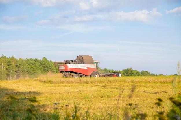 畑からの古いコンバイン収穫
