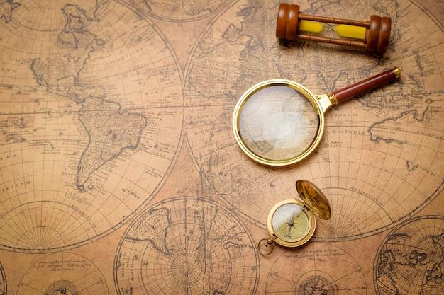 빈티지지도에 오래 된 나침반, 돋보기 및 모래 시계