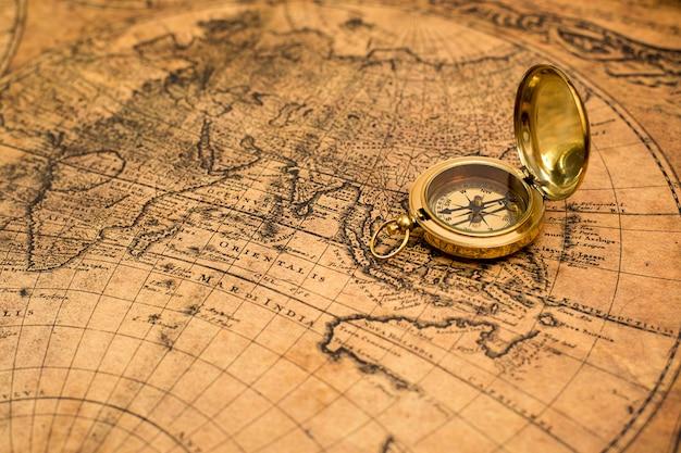 Старый компас на винтажной карте