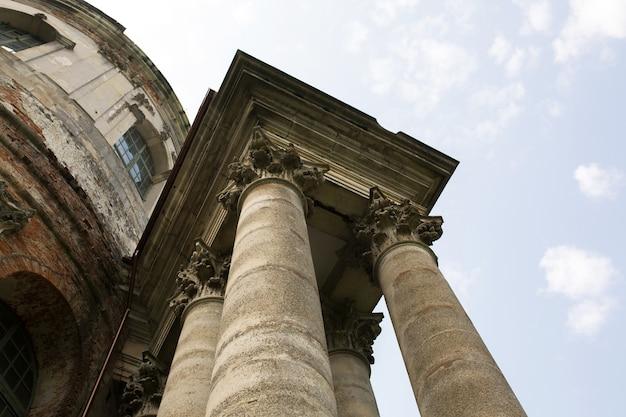 建物のファサードにある古いコンクリートの柱