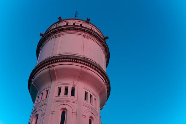 Старая бетонная башня малоугольная