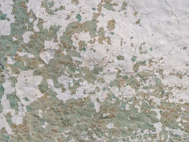 Старая бетонная стена с трещинами и отслаивающейся краской