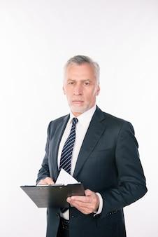 Старый уверенно бизнесмен, держащий папку с документами