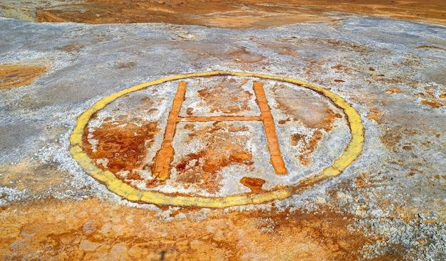 회색 거친 표면에 녹이 있는 오래된 부식된 헬기 착륙장 산업 배경