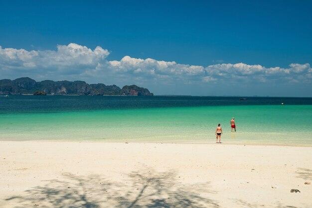 Пожилая пара наслаждается бирюзовым морем на острове пода