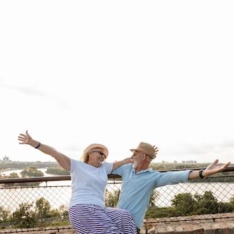 楽しい時間を過ごしている老夫婦