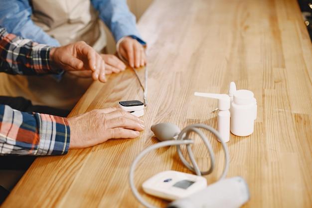 台所の老夫婦。