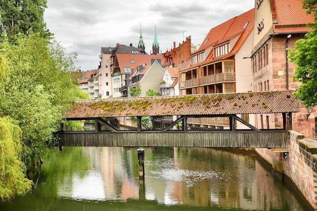 Старый крытый мост через реку пегниц в нюрнберге, германия
