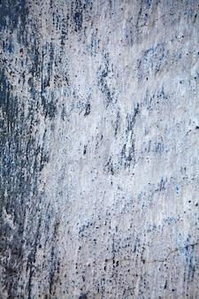 背景の古いひびとみすぼらしい青い壁。