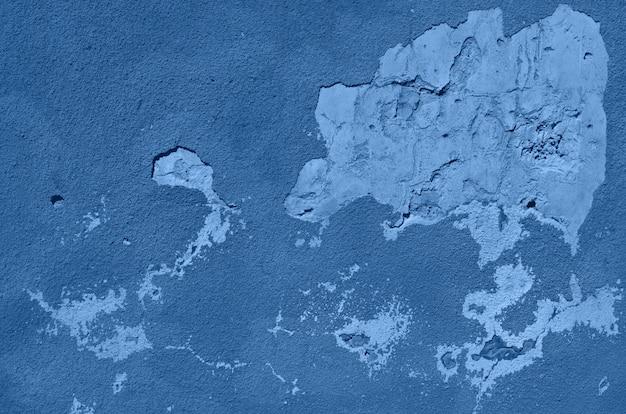 Старая треснутая спокойная стена. окрашенные текстуры фона в монохромном цвете. модный синий и спокойный цвет.