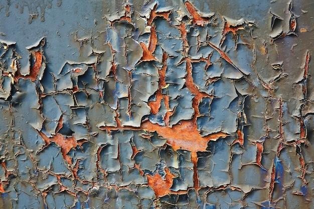 Старая потрескавшаяся краска на листе металла, выстрел крупным планом