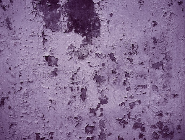 コンクリートの壁に古いひびの入った塗料