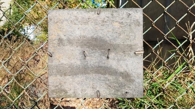 오래 된 금속 메쉬에 오래 된 금이 사각형 나무 접시. 텍스트 또는 로고를 배치합니다. 공간을 복사합니다.
