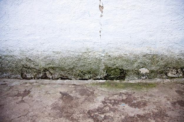 古いひびの入った壁と床の背景。