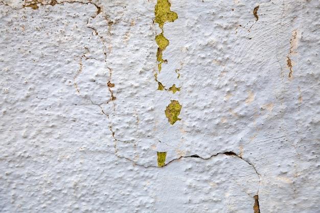 背景の古いひびの入った壁。