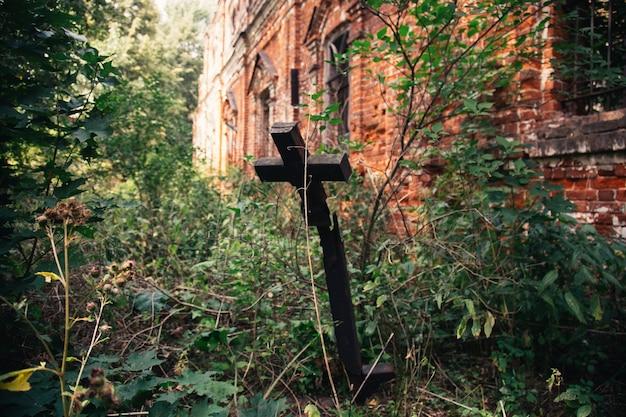 遺棄された墓地の古い十字架。壊れた十字架
