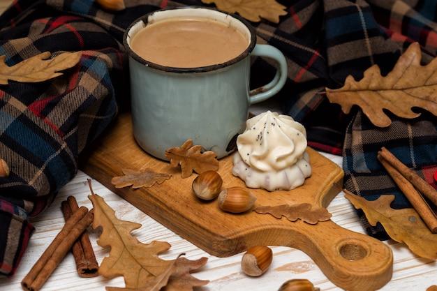 케이크와 장식이 있는 오래된 커피 한 잔