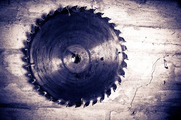 木の古いディスクのこぎり