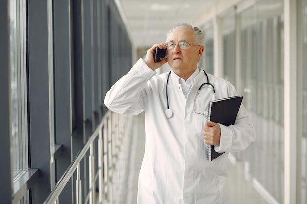 ホールで制服立っている老医師