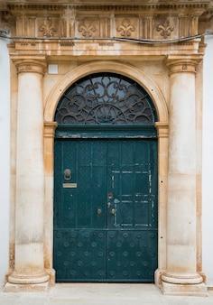 イタリア、バーリの古いドア