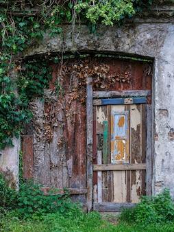 오래된 문은 매우 열악했습니다.