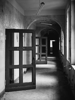 Vecchie porte e finestre in un edificio abbandonato
