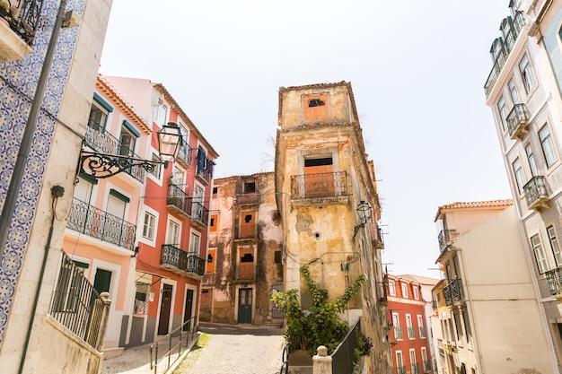 狭いヨーロッパの通りにある古い住宅