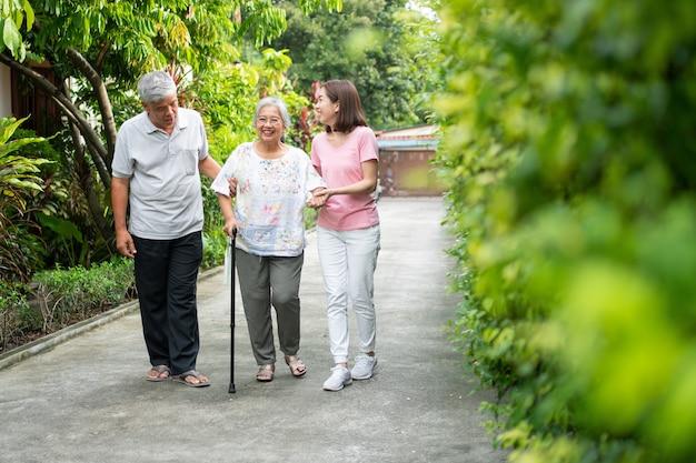 걷는 균형을 돕기 위해 지팡이를 사용하는 노인. 사랑의 개념과 가족 돌보기