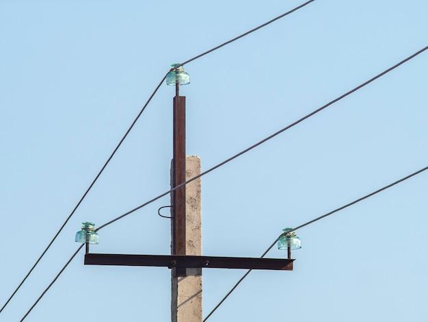 Старый электрический столб с проводами
