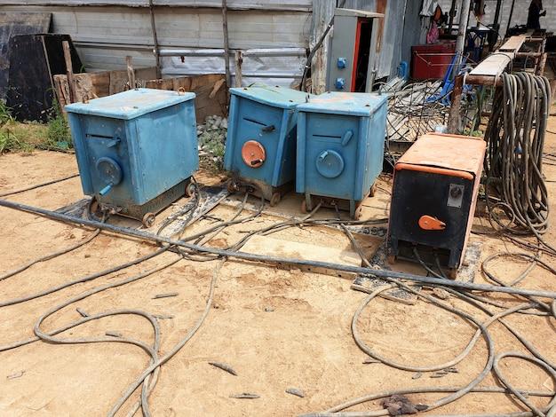 工業建設現場の古い電気溶接機