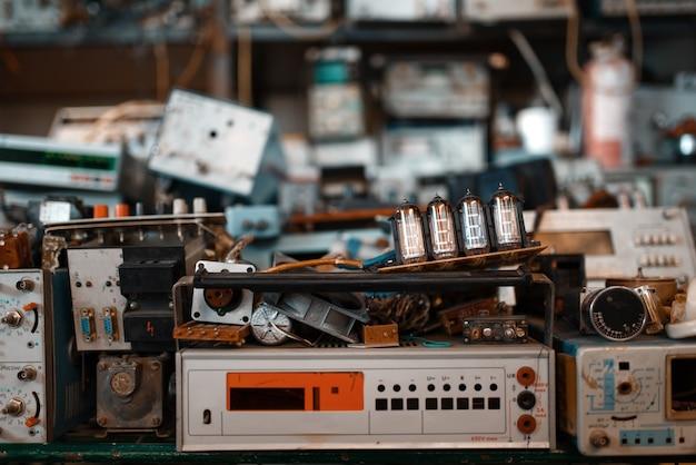 実験室の古い電気テストツール