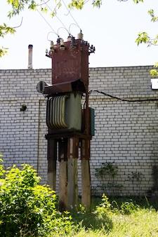 古い電気変圧器。の供給の分配のための装置