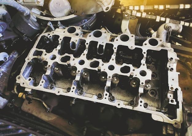 Старый блок двигателя ждет ремонта в ремонтном гараже