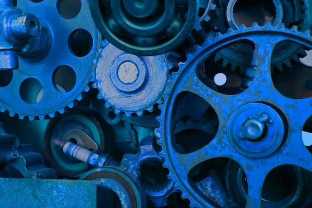 Старые колеса шестерни двигателя, взгляд крупного плана. ретро стиль. тренд цвет классический синий.