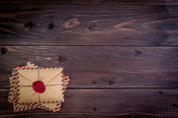 木製のテーブルにワックススタンプが付いた古い封筒