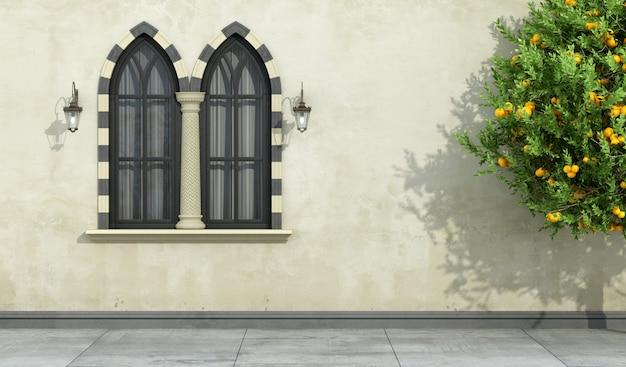 マリオンゴシック様式の窓と古いファサード