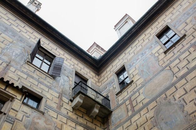 中庭に木製の窓がある古いファサード