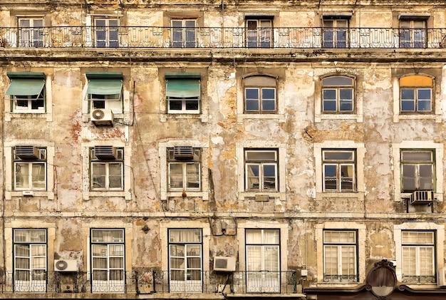 木製の窓、ポルトガルの古い色あせたヨーロッパの家