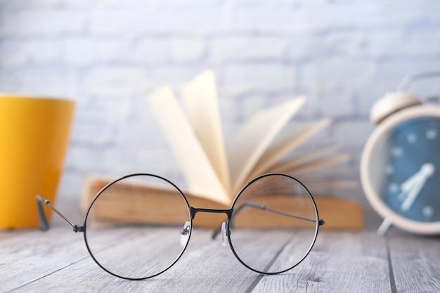 テーブルセレクティブフォーカスの昔ながらの眼鏡