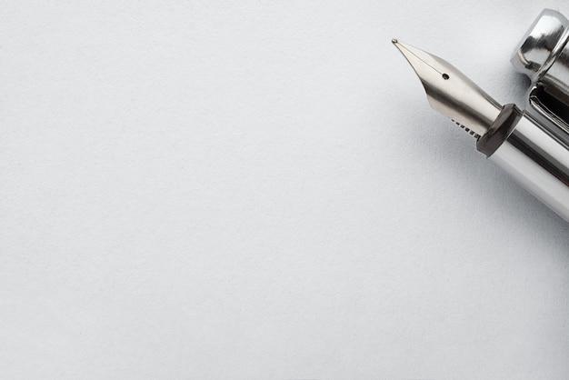 紙のページに昔ながらの鋼の万年筆
