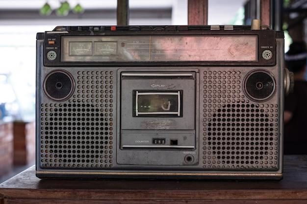 トップデスクの木の背景に昔ながらのオーディオテーププレーヤー