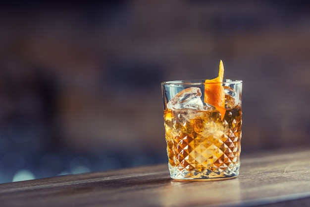 바 카운터의 크리스탈 유리에 담긴 구식 클래식 칵테일 음료.