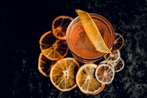 어두운 표면에 아름다운 안경에 오렌지 껍질과 구식 칵테일