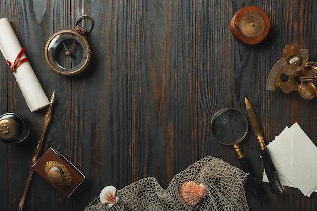 Старомодная плоская планировка с буквами на темном деревянном столе
