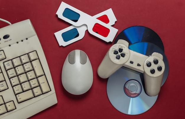 昔ながらのキーボード、pc マウス、コンパクト ディスク、ゲームパッド、赤のアナグリフ ステレオ グラス
