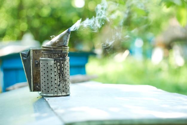 Старомодный металлический курильщик для пчел на пасеке