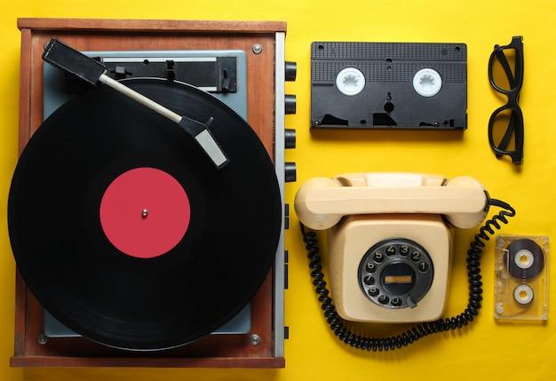 黄色の背景に昔ながらのオブジェクト。レトロなスタイル、80年代、ポップカルチャー。