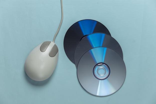 昔ながらのレトロな cd と青いパステル カラーの pc マウス