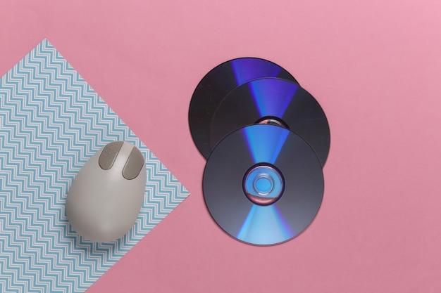 ピンク ブルー パステルに昔ながらのレトロな cd と pc のマウス